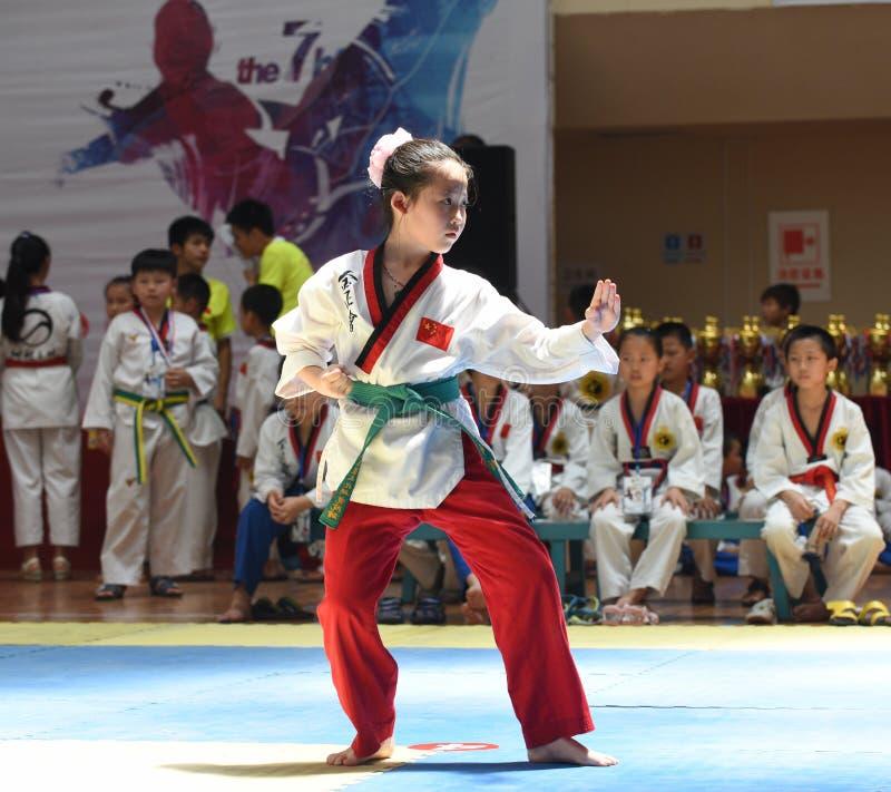Une jeune fille dans un competiton du Taekwondo photographie stock libre de droits
