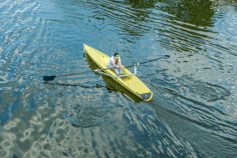 Une jeune fille dans un kayak photo libre de droits