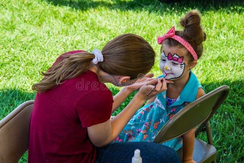 Une jeune fille faisant peindre son visage photos libres de droits