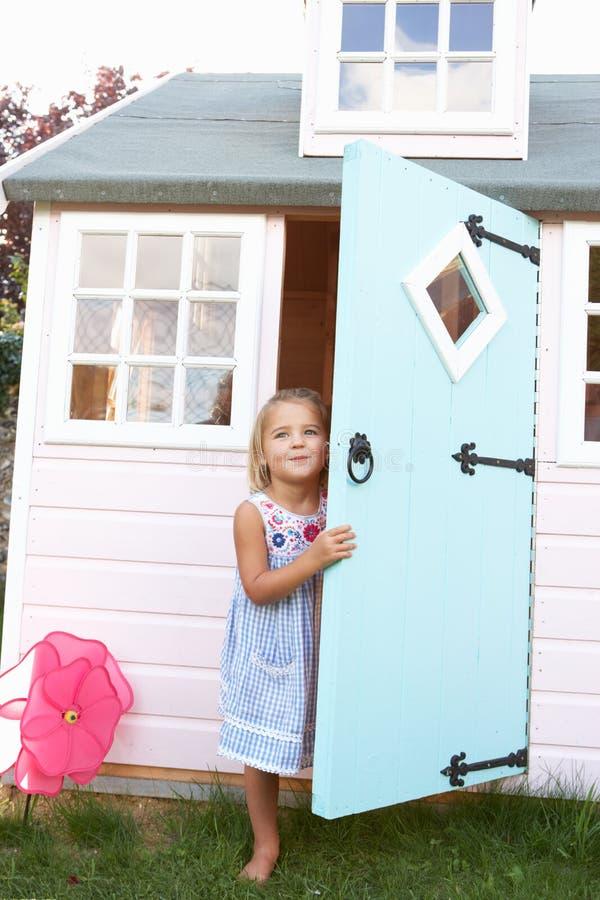 Une jeune fille joue à l'extérieur photographie stock