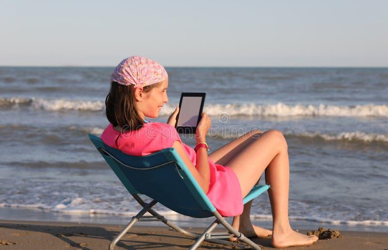 Une jeune fille lit son livre images stock