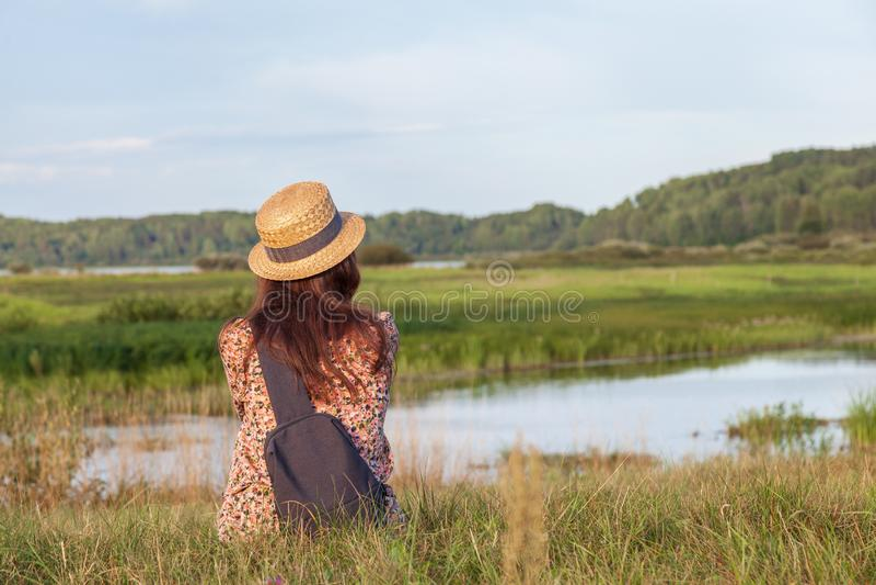 Une jeune fille magnifique jouit d'un paysage fascinant photo libre de droits