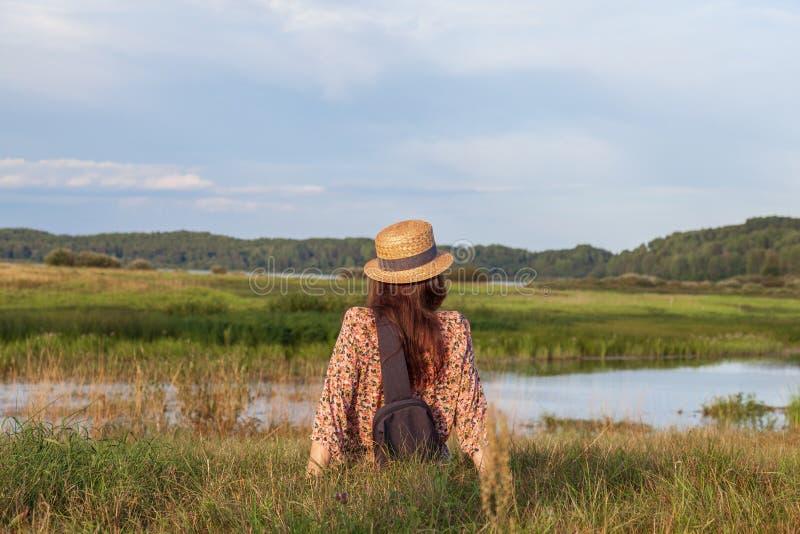 Une jeune fille magnifique jouit d'un paysage fascinant images libres de droits