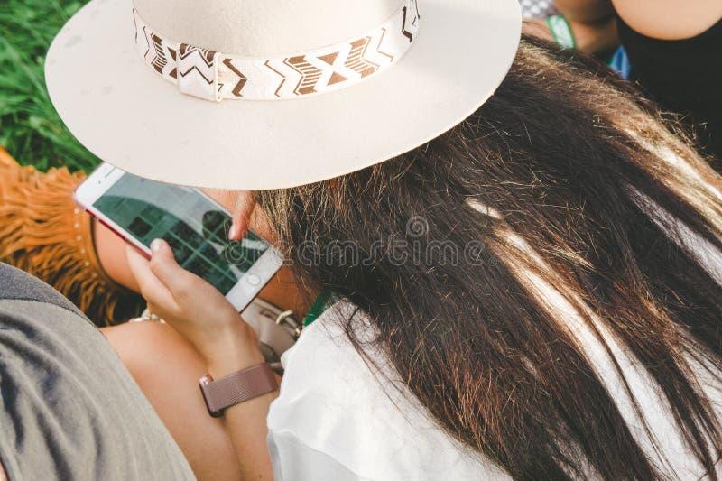 Une jeune fille parcourant vers le bas les réseaux sociaux photographie stock
