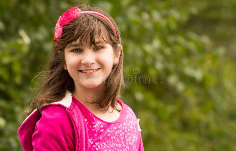 Une jeune fille posant à l'extérieur photos stock