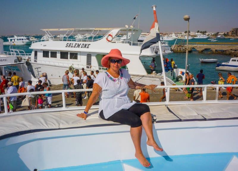 Une jeune fille se prépare à des vacances merveilleuses sur un yacht sur la mer Égypte Hurgada En juillet 2009 images libres de droits