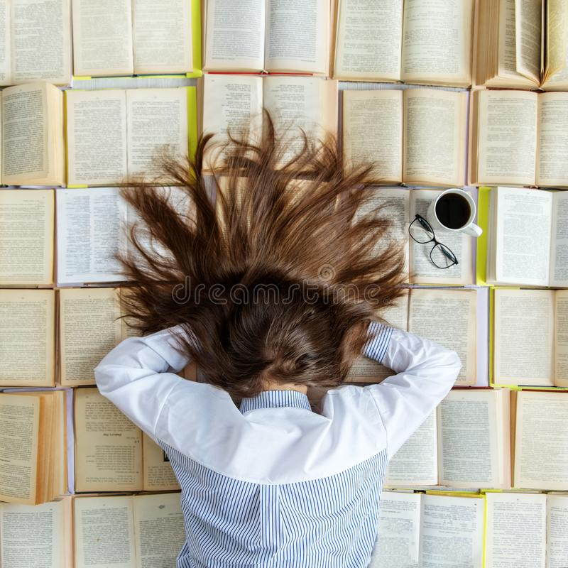 Une jeune fille se prépare aux examens Beaucoup de livres Vue supérieure Concept pour le jour de livre du monde, mode de vie, étu photos stock