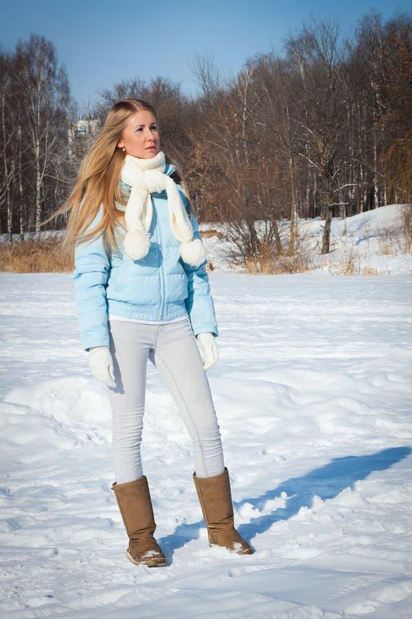 Une jeune fille se tient en parc Hiver russe froid image libre de droits
