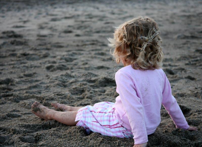 Une jeune fille sur la plage photo stock