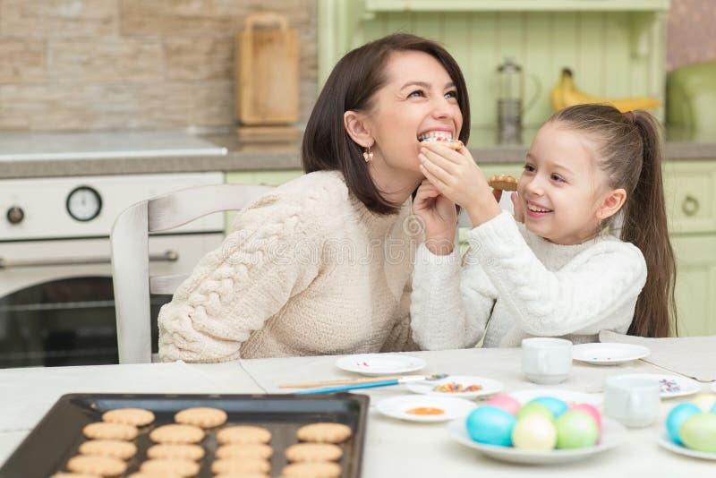 Une jeune mère et ses biscuits de essai de fille image libre de droits