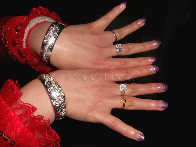 Une jeune mariée lui montrant des bijoux photographie stock libre de droits