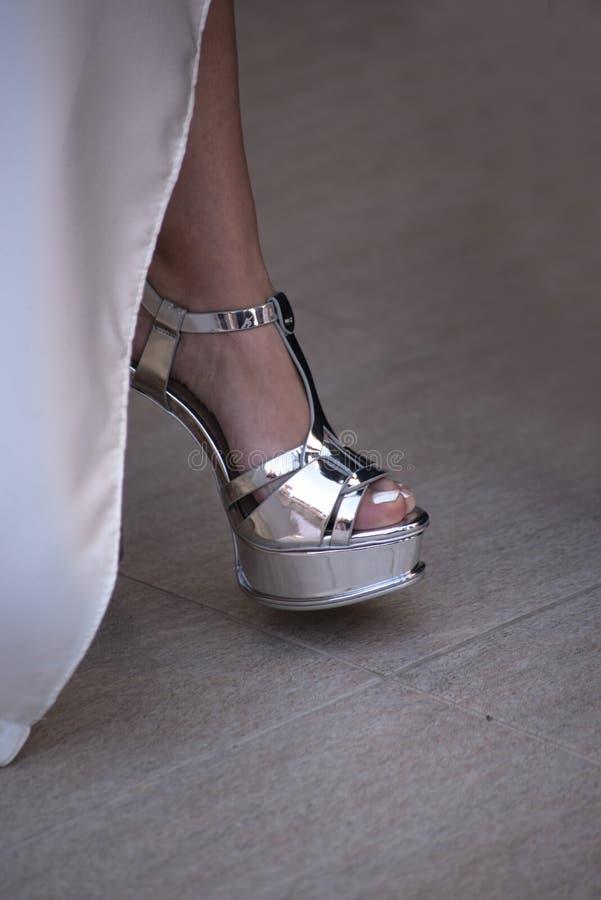 Une jeune mariée montre sa chaussure avant le mariage photographie stock libre de droits