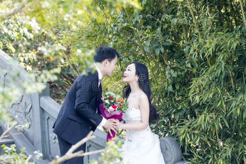 Une jeunes photo/portrait de mariage de couples sur un vieux pont antique dans le parkpark de la BO de shui de Changhaï de l'eau image stock