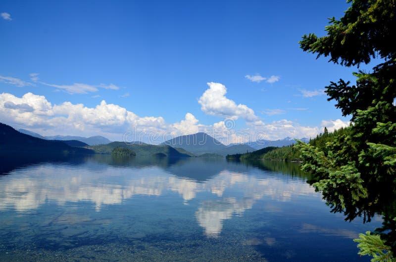 Une journée de printemps sur un lac à distance images stock