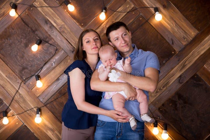 Une joyeuse jeune famille caucasienne publie en studio photo libre de droits