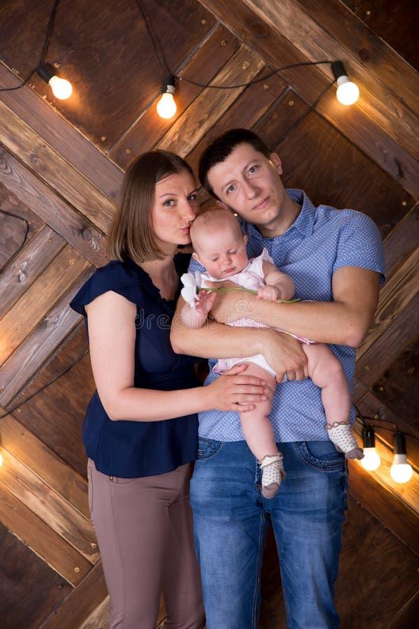 Une joyeuse jeune famille caucasienne publie en studio images stock