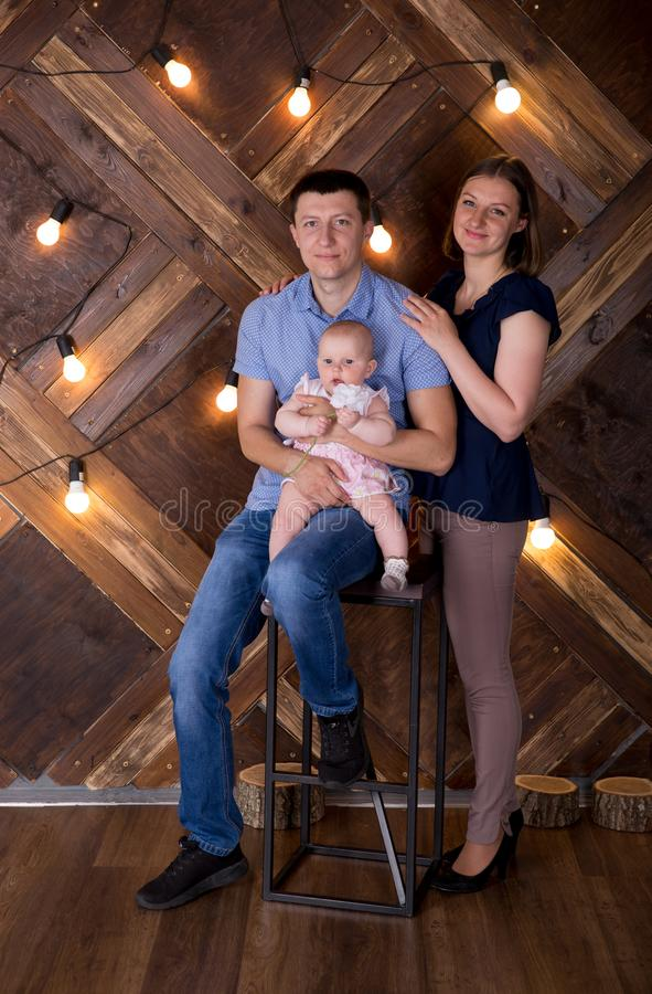 Une joyeuse jeune famille caucasienne publie en studio photos stock