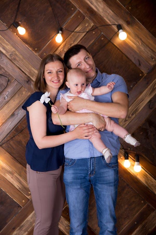 Une joyeuse jeune famille caucasienne publie en studio images libres de droits