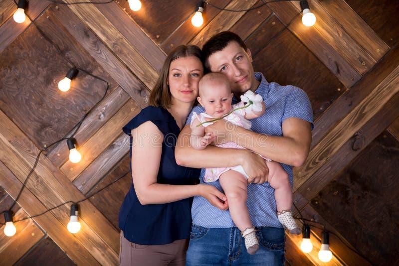 Une joyeuse jeune famille caucasienne publie en studio photographie stock