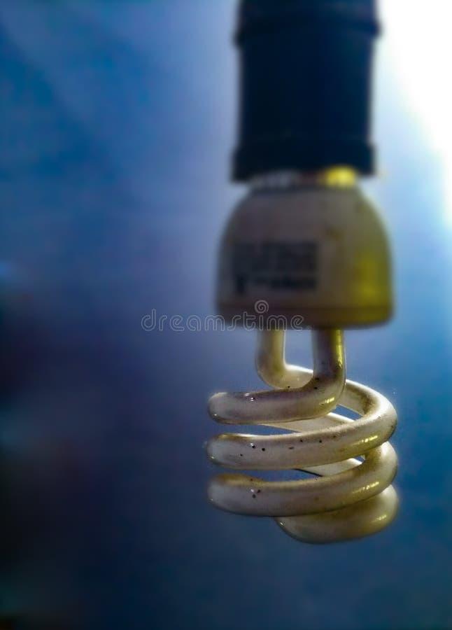 Une lampe au néon jaunâtre photographie stock libre de droits