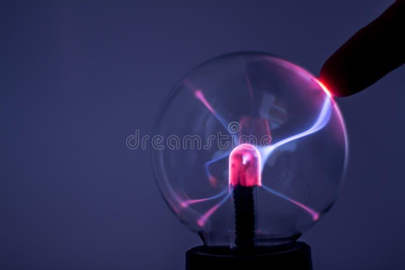 Une lampe de plasma avec les rayons roses de l'électricité image libre de droits