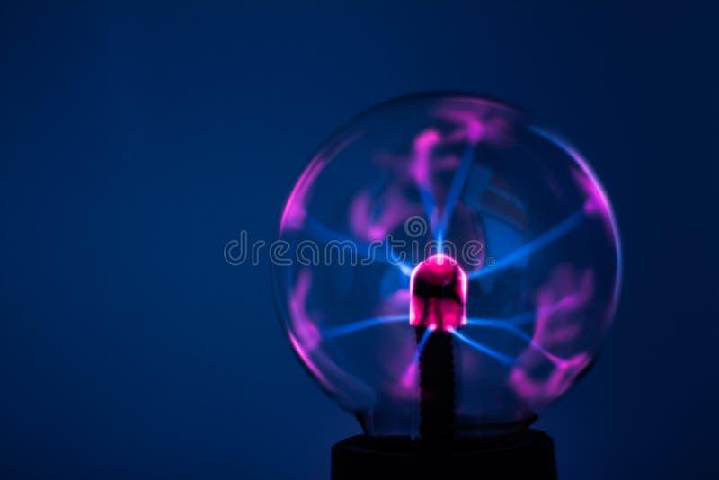 Une lampe de plasma avec les rayons roses de l'électricité images stock
