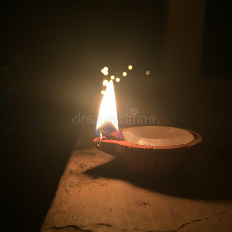 Une lampe de terre s'est allumée pendant les célébrations de Diwali dans l'Inde images libres de droits