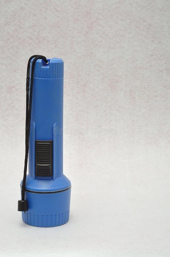 Une lampe-torche en plastique bleue image libre de droits
