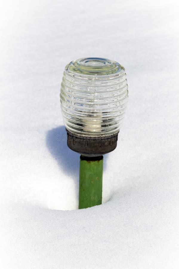 Une lanterne de jardin dans la neige photo libre de droits