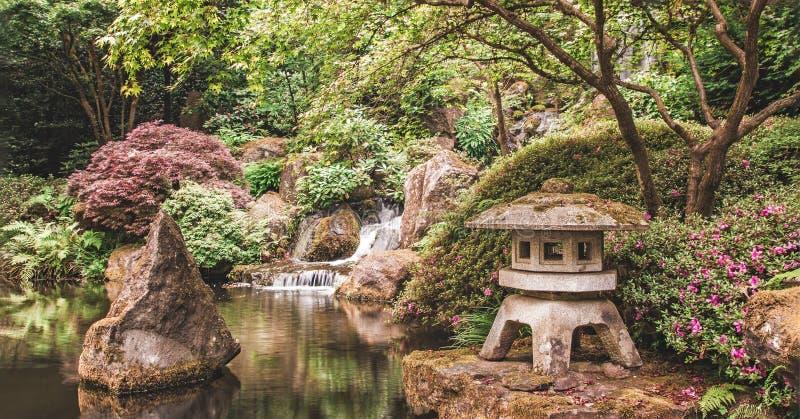 Une lanterne et une cascade dans le jardin de Japonais de Portland photo libre de droits