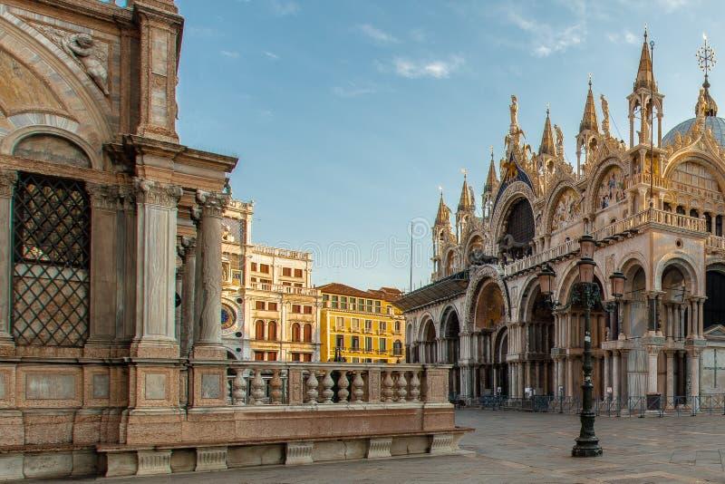 Une lanterne sur les marques de St ajustent à Venise images libres de droits