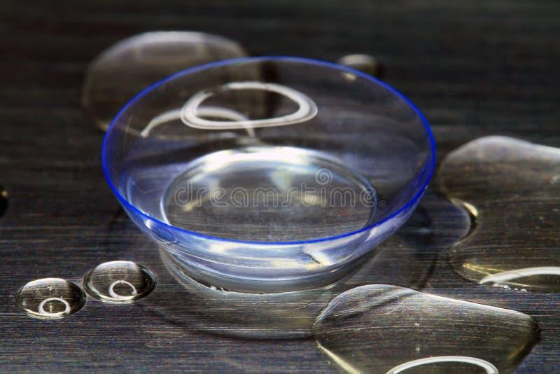 Une lentille de contact souple se trouve photo libre de droits