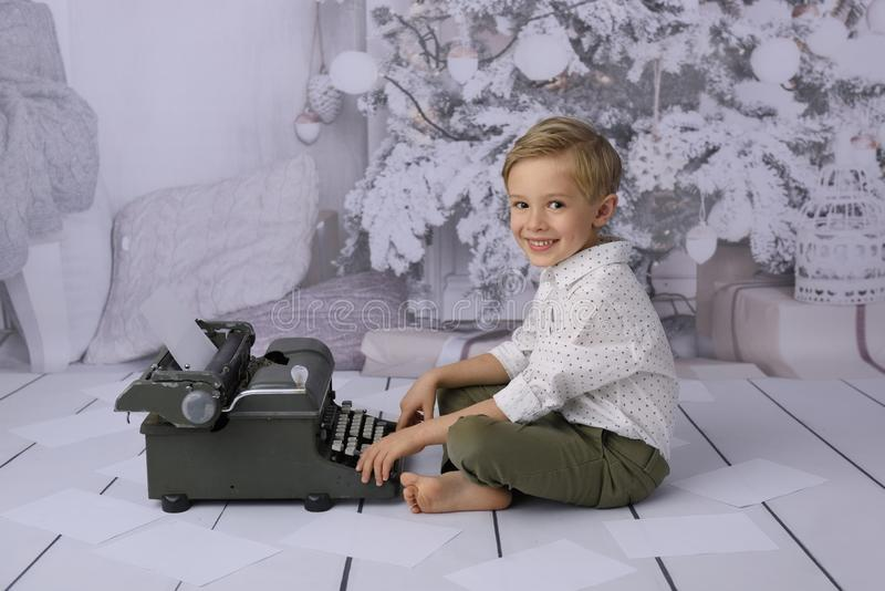 Une lettre au père noël Une lettre au père noël Un enfant heureux écrit une liste de cadeau images stock