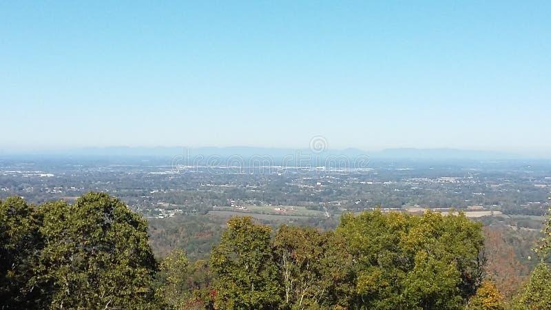 Une ligne de belles montagnes photo stock