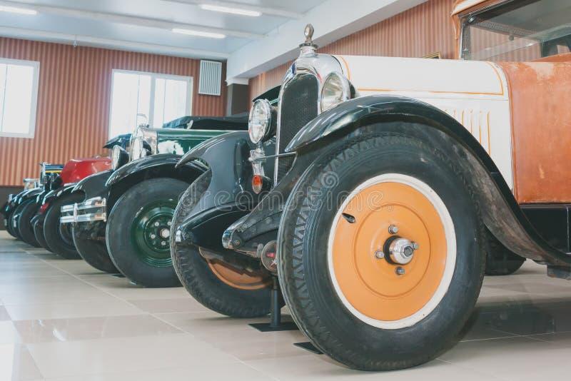 Une ligne de rétros voitures classiques du siècle XX tôt images stock
