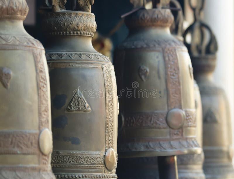 Une ligne de temple Bells, temple de Wat Phra That Doi Kham, Chiang Mai, Thaïlande images stock