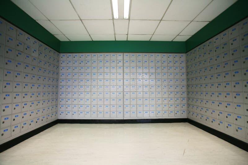 Une ligne des boîtes postales dans un bureau de poste. images stock