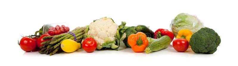 Une ligne des légumes sur le blanc photographie stock