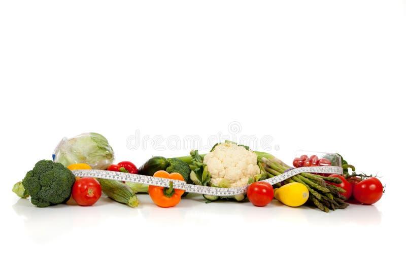 Une ligne des légumes sur le blanc avec l'espace de copie photographie stock libre de droits