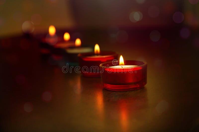 Une ligne des lampes décoratives de Diwali d'Indien image libre de droits