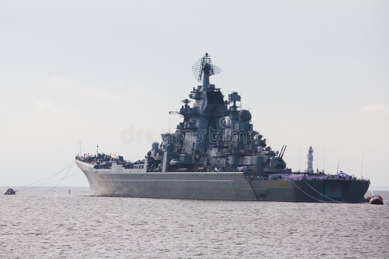 Une ligne des navires de guerre navals militaires russes modernes de cuirassés dans la rangée, la flotte du nord et la flotte de  photographie stock libre de droits