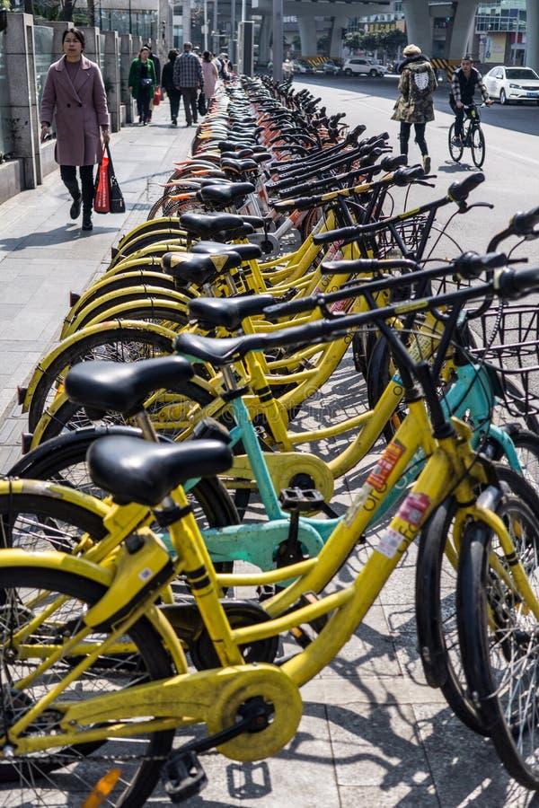 Une ligne des vélos partagés dockless photographie stock libre de droits
