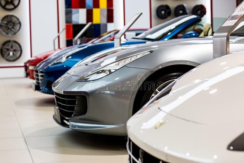 Une ligne des voitures de sport modernes de Ferrari images libres de droits
