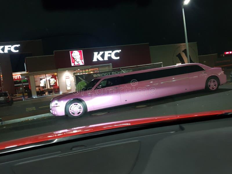 Une limousine de bout droit rose photo libre de droits