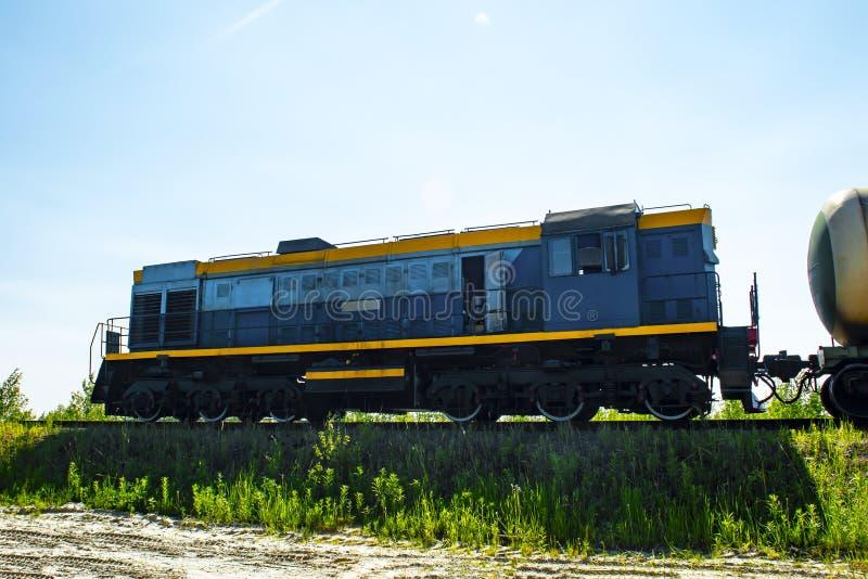 Une locomotive de B remorque le chariot de réservoir de carburant contre le ciel bleu photos libres de droits