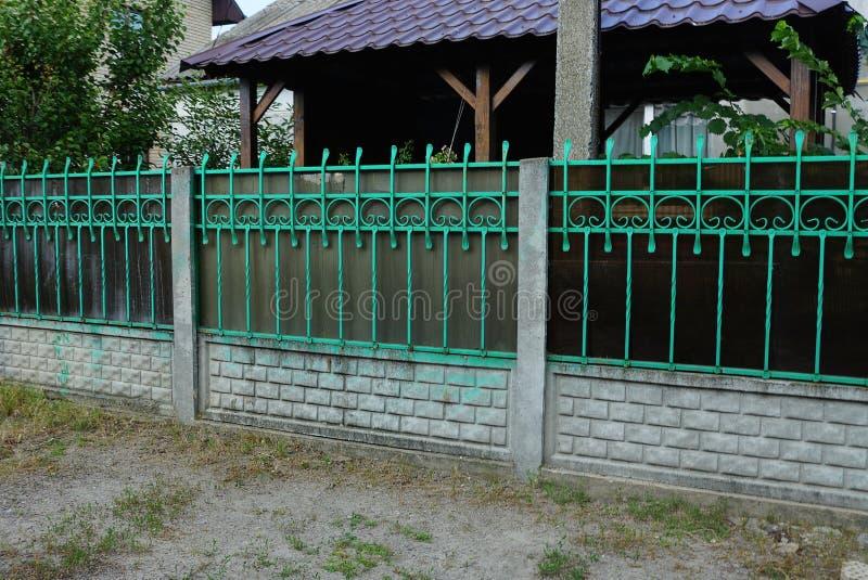 Une longue barrière des brindilles vertes et des briques grises images libres de droits