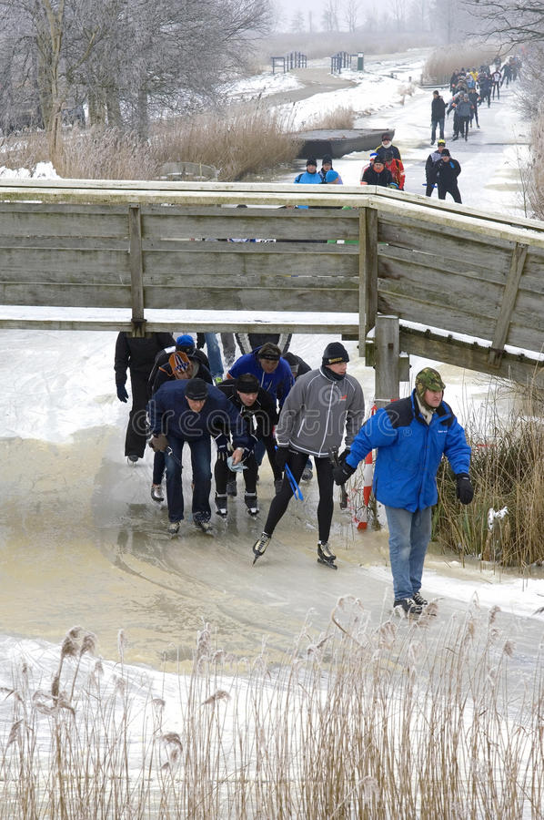 Une longue file des patineurs sur la glace naturelle, Pays-Bas photo libre de droits