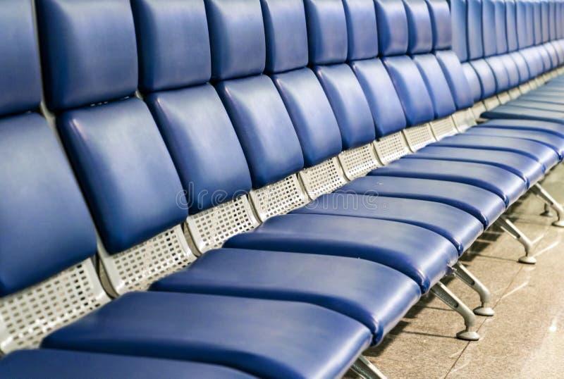Une longue rangée des sièges vides dans le couloir photo stock