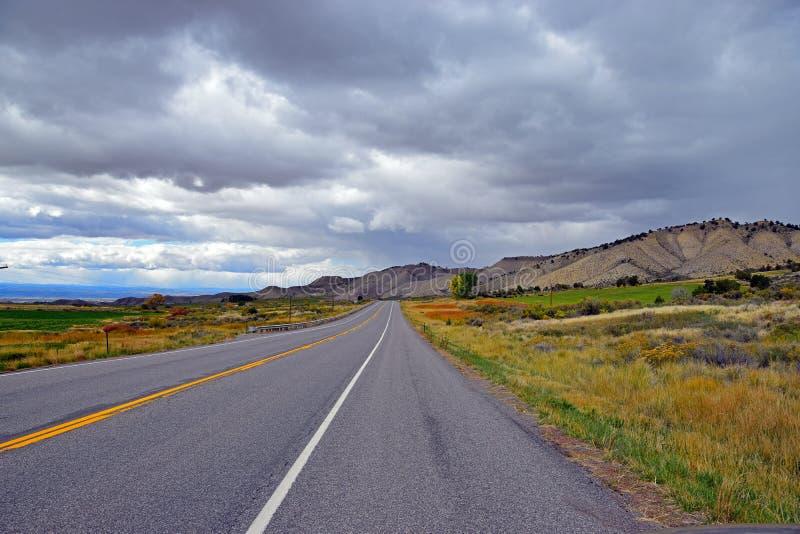 Une longue route vide photos libres de droits