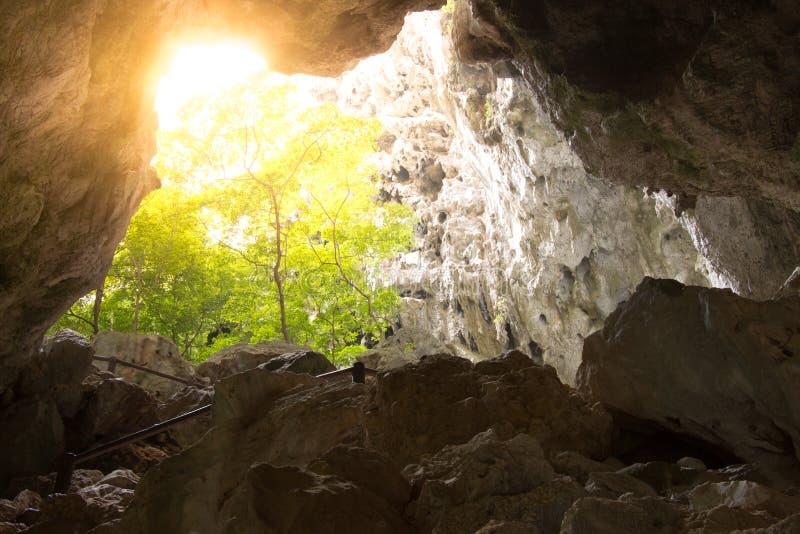 Une lueur vacillante d'espoir comme rayons de courant de lumière dans la caverne du images libres de droits